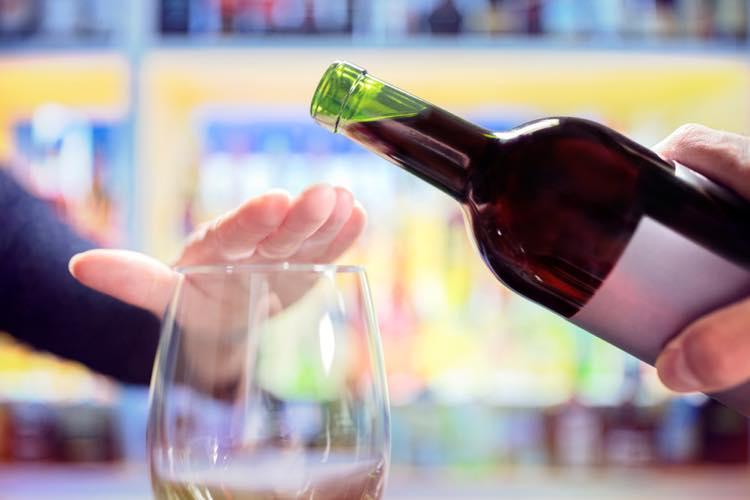 ワインを注ぐのを止める女性