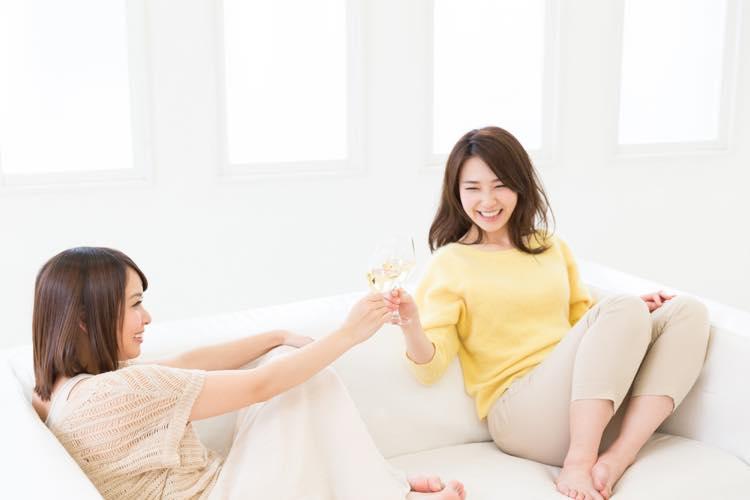 女性会でお酒を楽しむ女性たち
