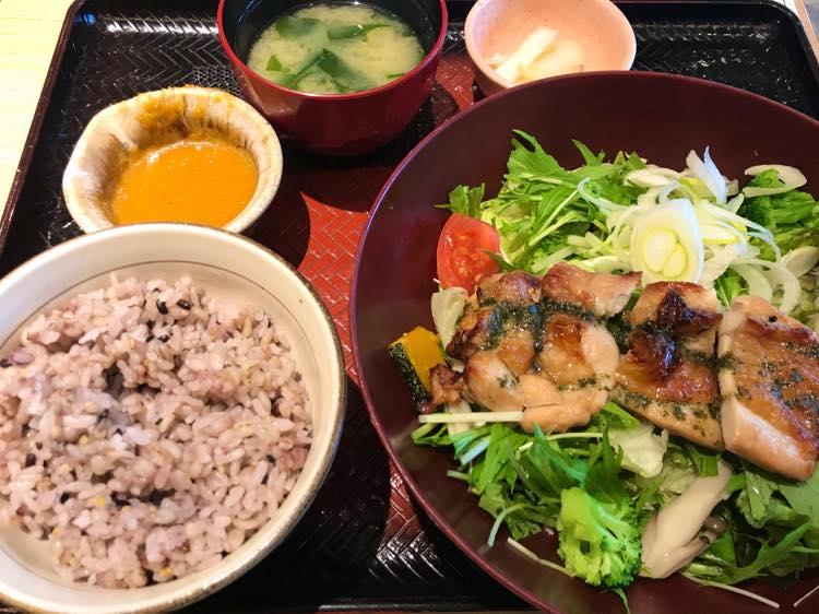 バジルチキンサラダ定食(大戸屋)