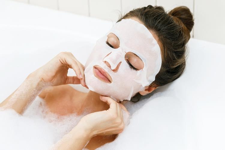 フェイスパックをして入浴する女性