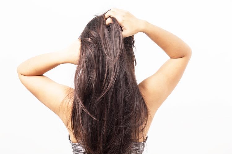 髪のパサつきを気にする女性