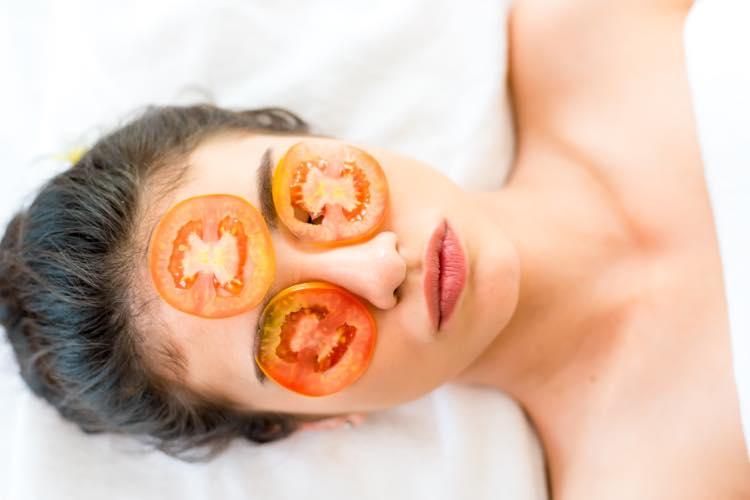 トマトを顔にのせる女性