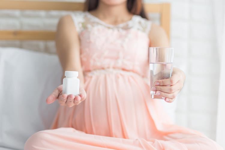 葉酸サプリを飲む妊婦