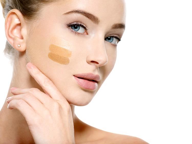 化粧下地をつける女性