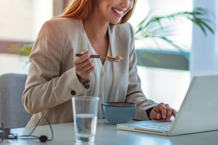 オフィスで食事をとる女性